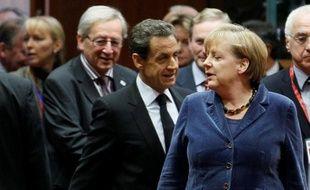 Le Premier ministre luxembourgeois Jean-Claude Juncker, le président français Nicolas Sarkozy et la chancelière allemande Angela Merkel lors du sommet européen de Bruxelles, le 26 octobre 2011.