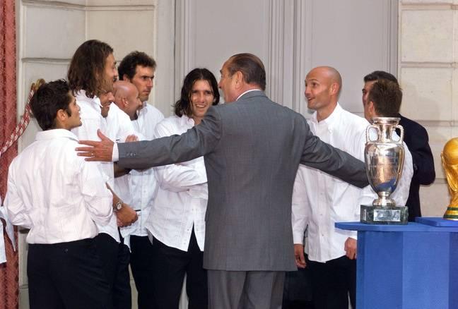 Jacques Chirac taille le bout de gras avec les joueurs de l'équipe de France championne du monde et d'Europe en titre, en 2000 à l'Elysée.
