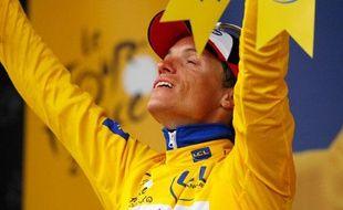 Sylvain Chavanel enfile le maillot jaune à Spa (Belgique) à l'issue de la deuxième étape du Tour, le 5 juillet 2010