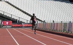 Stade de France, Saint-Denis, le 21 mai 2017. Abubakr Abdallah avant de passer la ligne d'arrivée de la Grande Course du Grand Paris // ©Ro
