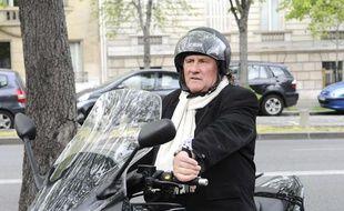 Gérard Depardieu en scooter à Paris, le 29 mars 2011.