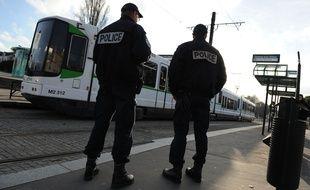 Nantes, le 10/01/2011 Des policiers près d'un arrêt de tram à Nantes