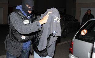 Un policier arrête Thierry J. suspecté d'être le corbeau qui adresse des courriers de menaces accompagnés d'une balle de calibre 9 mm, le 20 septembre 2009 à Hérépian.