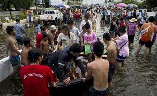 Les inondations qui touchent une partie de Bangkok, mais ont épargné son centre commercial et financier, devraient commencer à baisser d'ici quelques jours, a déclaré samedi la Premier ministre thaïlandaise.