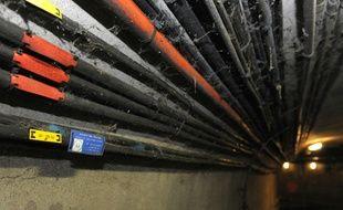 """Photo prise le 18 décembre 2012 de cables de fibre optique dans les égouts de Paris. Bien loin de son image d'équipement hightech, à Paris la fibre optique """"noire"""" transite en grande partie via les égoûts avec 400 kilomètres de câbles"""