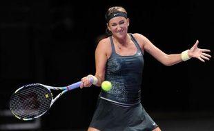 La Biélorusse Victoria Azarenka a battu vendredi la Chinoise Li Na, tête de série N. 8, en deux sets 7-6 (7/4), 6-3 et s'est ainsi qualifiée pour la demi-finale du Masters d'Istanbul, où elle retrouvera samedi la Russe Maria Sharapova.