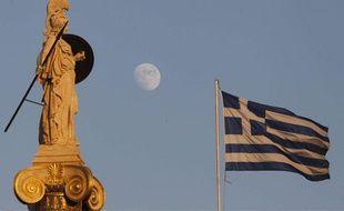 Le drapeau grec flotte derrière la statue d'Athèna , le 12 juillet 2011.