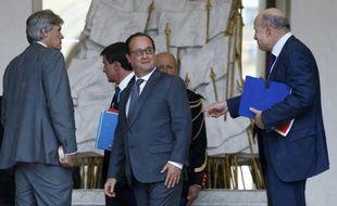 François Hollande entre Stéphane Le Foll et Jean-Marie Le Guen à l'issue du conseil des ministres le 16 septembre 2015 à l'Elysée à Paris