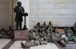 Des militaires postés à l'intérieur du Capitole pour renforcer la sécurité à Washington, le 13 janvier 2021.