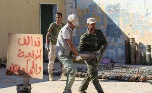 Des militaires triant des explosifs à Tripoli, capitale de la Libye.