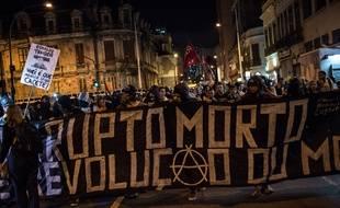 Des membres du groupe anarchiste Black Blocs manifestent à Sao Paulo, au Brésil, contre la tenue de la coupe du Monde de football, le 30 mai 2014.