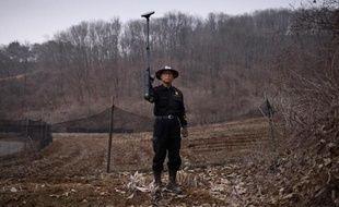 Kim Ki-Ho, directeur de l'Institut coréen de recherche surle déminage, avec un détecteur de métaux près de la zone démilitarisée avec la Corée du nord, à Yeoncheon, le 17 mars 2015