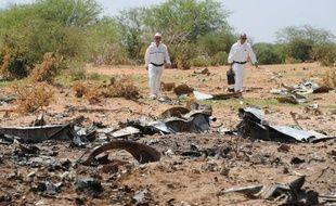 Des enquêteurs sur le site où s'est écrasé cinq jours plus tôt un avion d'Air Algérie, le 29 juillet 2014 dans la région de Gossi, au nord du Mali