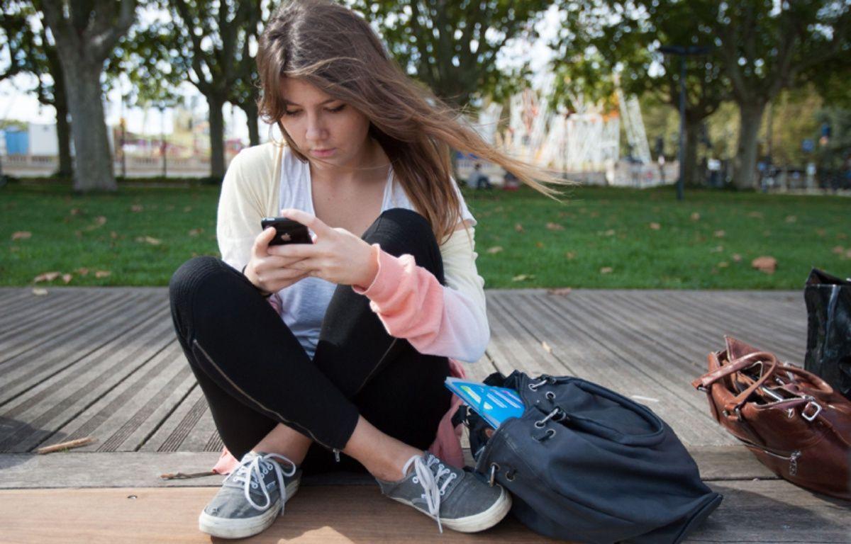 Illustration d'une jeune femme utilisant un smartphone. – POUZET/SIPA