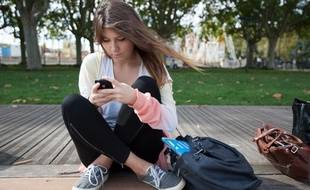 Illustration d'une jeune femme utilisant un smartphone.