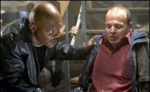 Un agent du FBI tente de mettre derrière les barreaux un gros bonnet de la pègre. Embarquant avec un témoin dans un avion qui les mène d'Hawaï à Los Angeles, il se retrouve aux prises avec de dangereux serpents introduits dans l'appareil par les sbires du parrain.