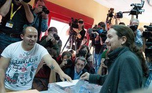 Le chef du parti Podemos, Pablo Iglesias, glisse son bulletin dans l'urne.