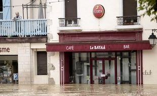 Un homme regarde sa ville inondée, à Salies-de-Béarn, le 13 juin 2018.