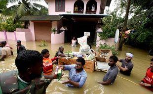Des bénévoles distribuent de la nourriture et des médicaments dans cette ville du Kerala dimanche 19 août 2018.