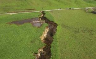 Vue aérienne de la faille qui s'est ouverte dans le sol d'un champ, au nord de la Nouvelle-Zélande, le 2 mai 2018.