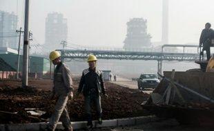 Des employés d'une usine à Changzi, dans la province de Shanxi, le 9 novembre 2015