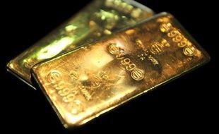 L'or poursuivait sa chute lundi et s'inscrivait à son plus bas niveau depuis deux ans dans un marché plombé par les inquiétudes sur la croissance, le possible resserrement de la politique de la Réserve fédérale américaine (Fed) et la vente par Chypre de ses réserves de métal jaune.