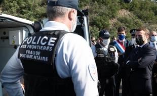 Emmanuel Macron et le ministre de l'Intérieur sur la zone frontalière du Pethusdans les Pyrenees-Orientales pour un déplacement sur le thème du renforcement des contrôles aux frontières.
