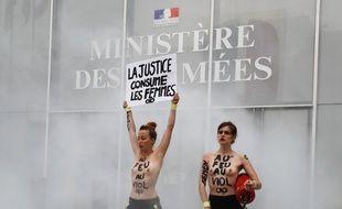 Les Femen ont mené une action contre le renvoi en correctionnelle de trois pompiers, dont d'eux étaient initiallement mis en examen pour viol.