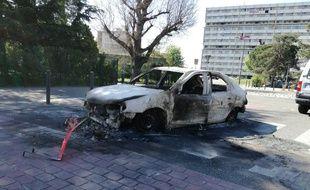 Une voiture brûlée après les échauffourées de la nuit dans le quartier de Bagatelle, à Toulouse, le 17 avril 2018.