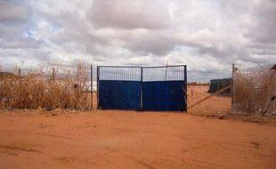 Des hommes armés ont tué une personne et ont enlevé des travailleurs humanitaires dans un camp de réfugiés de Dadaab, dans l'est du Kenya près de la frontière somalienne, a-t-on appris vendredi auprès de la Croix rouge, la police et l'armée.