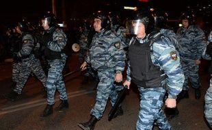 Des officiers de la police russe pendant des émeutes xénophobes, le 13 octobre 2013