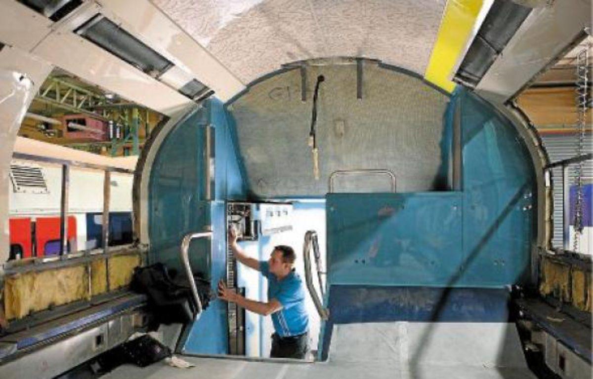 Près de 400 agents s'affairent durant cinquante jours pour rénover les rames. –  C. RECOURA / SNCF