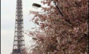 Les Français sont invités à se plonger cinq minutes dans l'obscurité jeudi entre 19h55 et 20h00 pour une action symbolique en faveur de la lutte contre le changement climatique marquée par l'extinction de la Tour Eiffel, et qui pourrait faire des petits à l'étranger.