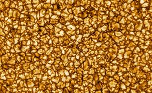 La photo de la surface solaire prise par le téléscope Daniel K. Inouye à Hawaï.