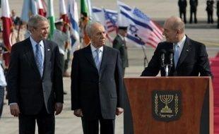 Dès son arrivée à l'aéroport Ben Gourion, près de Tel Aviv, pour la première visite en Israël de sa présidence débutée en 2001, M. Bush et les dirigeants israéliens venus l'accueillir, Shimon Peres et Ehud Olmert, ont affirmé la force de l'alliance entre les deux pays.