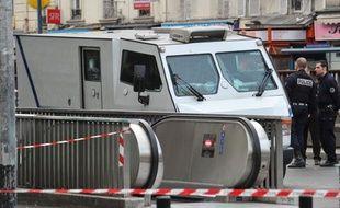La police dresse un périmètre de sécurité sur les lieux de l'attaque du fourgon blindé, à Aubervilliers (Seine-Saint-Denis), le 4 juin 2012.