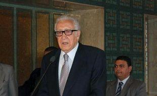 Les Occidentaux et les Arabes intensifiaient lundi leurs efforts pour convaincre l'opposition syrienne de s'assoir à la table de la conférence de paix prévue fin novembre à Genève qui semble pour l'instant compromise.