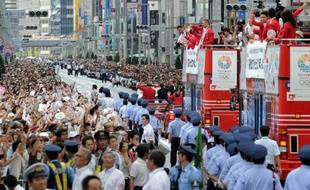 Une foule immense a salué lundi à Tokyo les médaillés japonais de retour des jeux Olympiques de Londres, apportant un soutien bienvenu à la candidature de la capitale nippone pour les Jeux de 2020.