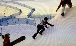 L'Autrichienne Anna Gasser réalise un faux départ lors de la première manche de l'épreuve de la finale du slopestyle le 9 février 2014 à Sotchi.