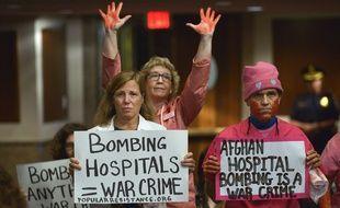 Tandis que le chef de la mission de l'Otan en Afghanistan endossait la responsabilité du bombardement de l'hôpital de Kunduz, ici, à Washington, des manifestants se rassemblaient pour dénoncer un crime de guerre.