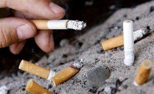 La cigarette est désormais interdite dans tous les lieux publics en Pologne, sauf dans la rue, en vertu d'une nouvelle loi restrictive sur le tabac entrée en vigueur lundi.