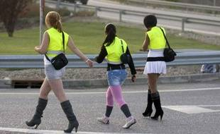 Des prostituées catalanes contraintes de porter un gilet jaune pour exercer au bord de l'autoroute.