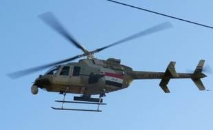 Un hélicoptère Bell 407 de l'armée irakienne vole près de Ramadi, le 15 janvier 2016