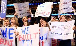 Des supporteurs républicains brandissent des pancartes «We built it» («Nous l'avons construit»), à Tampa, en Floride.