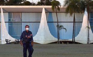 Le président du Brésil,  Jair Bolsonaro,à l'isolement dans le palais d'Alvorada, à Brasilia, le 15 juillet 2020.