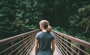 Une jeune fille traversant une passerelle