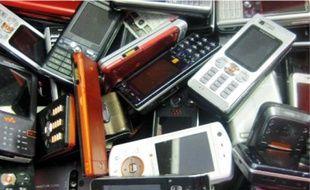 Les portables se revendent 2 euros pour un vieux Nokia et 260 euros pour un iPhone 3GS.