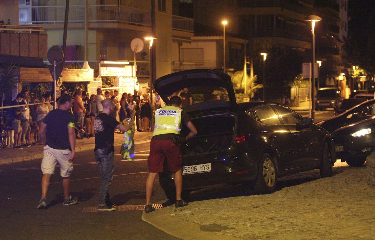 La police espagnole fouille un véhicule après avoir abattu plusieurs terroristes présumés à Cambrils. – SIPA
