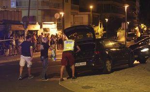 La police espagnole fouille un véhicule après avoir abattu plusieurs terroristes présumés à Cambrils.