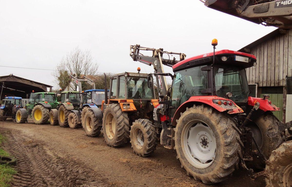 Les tracteurs protégeant symboliquement la ferme de Marcel Thebault mercredi 27 janvier 2016. – F.Brenon/20Minutes